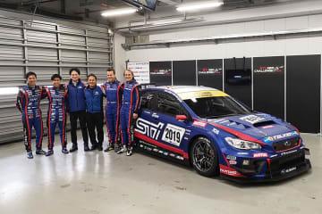正式発表となった2019年仕様のWRX STIとドライバー。左から山内英輝、井口卓人、STI平川社長、辰己総監督、カルロ・ヴァンダム、ティム・シュリック