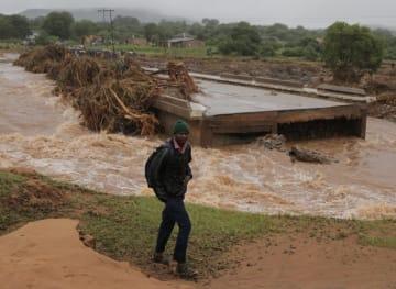 ジンバブエ、大型サイクロンによる死者70人に