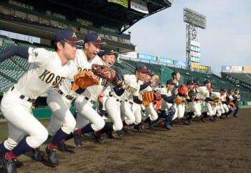 武岡主将(左端)の掛け声で、グラウンドに駆けだす八戸学院光星ナイン=18日午後、兵庫県西宮市の阪神甲子園球場
