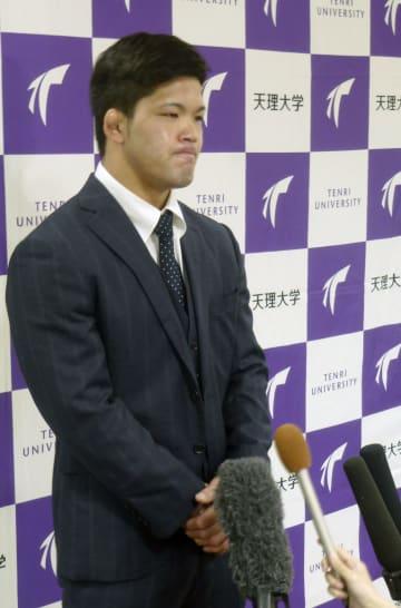 天理大の大学院の学位記授与式に出席し、記者の質問に答える大野将平=19日、奈良県天理市