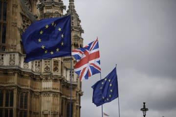 ロンドン中心部に掲げられた英国と欧州連合(EU)の旗=18日(AP=共同)