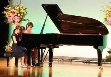 昨年の発表会でスタインウェイ社のグランドピアノを演奏する参加者=2018年4月28日、山陽新聞社さん太ホール
