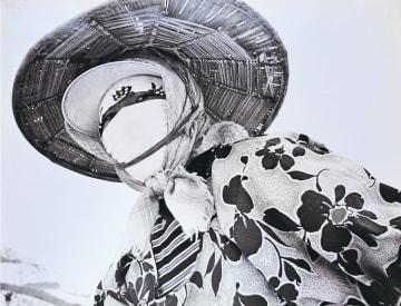 寒さや雪焼けを防ぐため顔を布で覆う女性=1960年代後半、横手市山内(杉本さん撮影)