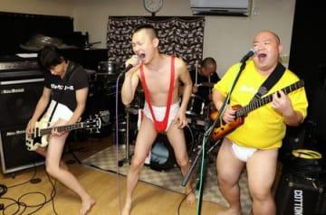 ライブに向け、練習に熱が入るボーフラ。右からポンちゃん、KENさん、モトマサさん、スグルさん=佐渡市宮川