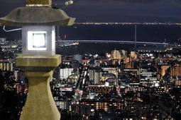 神戸の海と街を照らす「灘の一つ火」=保久良神社