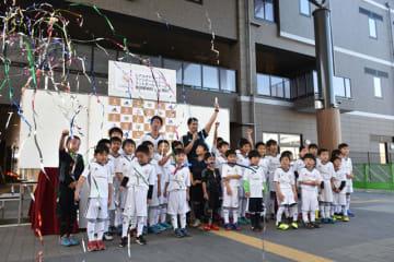 レアル宮崎都城校の開校式でユニホーム姿をお披露目した子どもたち