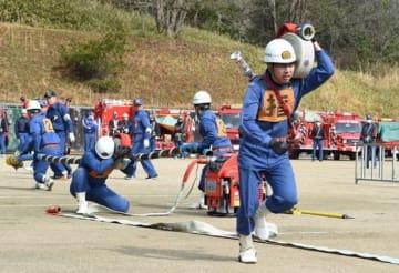 きびきびとした動きを披露する消防団員