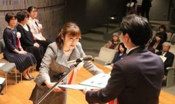 伊原木知事(右)から賞状を受ける小浦さん