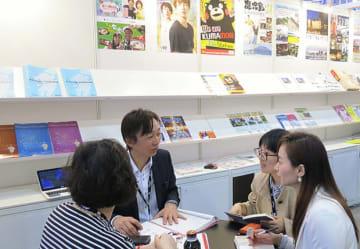 九州パビリオンでは、九州などの5県がテレビ番組や映像コンテンツをアピールした=19日、HKCEC(NNA撮影)