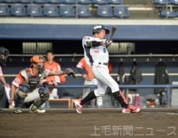 群馬―新潟 9回裏群馬2死満塁、青木が逆転サヨナラの2点右前打を放つ=上毛新聞敷島球場