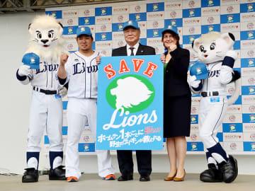 野生ライオンの保全活動を行うと発表した居郷肇球団社長(中央)や山川選手(同左)ら=所沢市のメットライフドーム