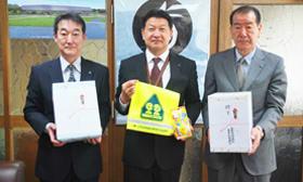 新入学児童にと善意を贈った鈴木会長(右)と高橋会長(左)