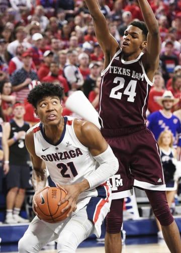 バスケットボール男子の全米大学体育協会(NCAA)1部、テキサス農工大戦でシュートを狙うゴンザガ大の八村塁選手(左)=2018年11月(USA TODAY・ロイター=共同)