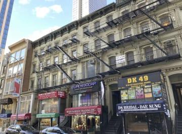 米ニューヨーク・マンハッタンの通称「ティン・パン・アレー」に並ぶ建物。後方に高層ビルが見える=16日(共同)