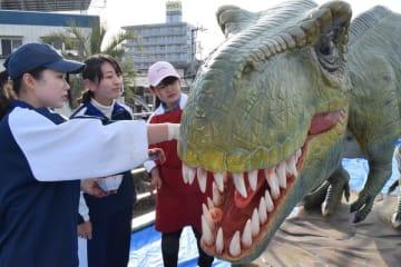恐竜の口部分を塗る学生