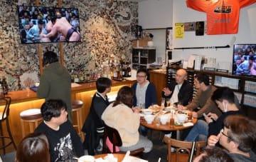 「春日野部屋力士を応援する会」で交流する相撲ファン