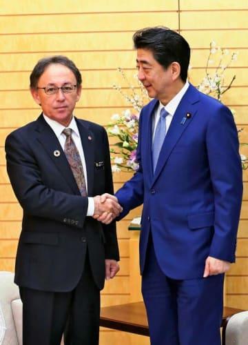 会談前に沖縄県の玉城デニー知事(左)と握手する安倍首相(首相官邸)