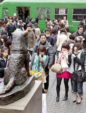 ハチ公像を携帯電話のカメラに収める若者たち(2009年、有吉叔裕さん撮影)