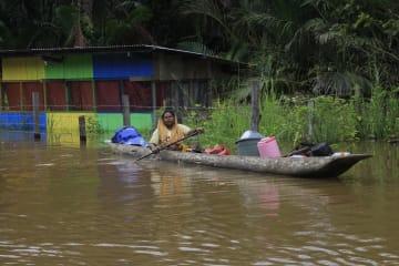 洪水の死者89人に インドネシア東部