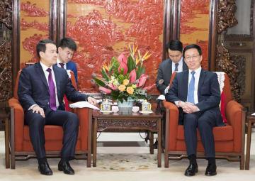 韓正氏、カザフ第一副首相兼財務相と会見 実務協力の推進希望