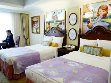 アニメ「ちいさなプリンセスソフィア」をテーマにした特別ルーム。客室全体がアニメの世界観で、泊まればプリンセス気分を味わえること間違いなしだ=東京ディズニーランドホテル