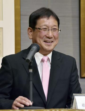 大創産業の女子駅伝部の監督就任が決まり、記者会見する岩本真弥氏=20日、広島市