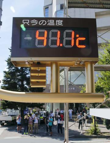 2018年7月23日、国内観測史上最高の41.1度を表示する埼玉県熊谷市内の温度計