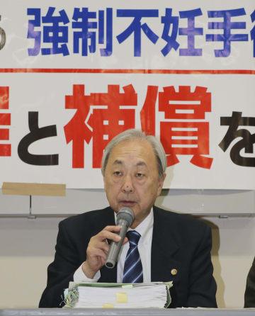 報告会に臨む全国被害弁護団の新里宏二共同代表=20日午後、仙台市