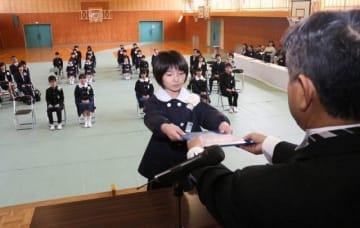 瀬尾校長から卒業証書を受け取る卒業生=矢神小