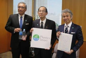原田義昭環境大臣を中心に、アサヒ飲料・岸上克彦社長(左)と、はるやまホールディングス・治山正史社長