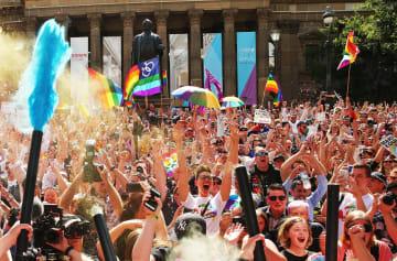 オーストラリアで行われた同性婚合法化の是非を問う郵便投票で、賛成多数の結果に喜ぶ人々=2017年11月、メルボルン(ゲッティ=共同)