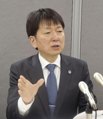 記者会見する調査委委員長の栗山博史弁護士=20日午後、茨城県庁