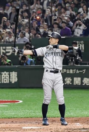 米大リーグが開幕し、アスレチックス戦で今季初打席に立つマリナーズのイチロー外野手=20日、東京ドーム