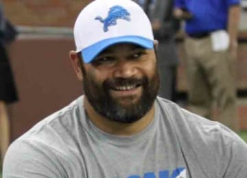 Description: English: Detroit Lions defensive tackle, Haloti Ngata, participating in charity event, Play Like a Lion Experience 2015. Date: 14 August 2015 Source: https://www.flickr.com/photos/healthiermi/20544438372/ Author orignal: A...