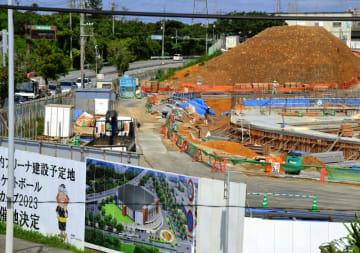 ゴミが混じった土山。敷地内に少なくとも2つが確認された(沖縄市・1万人規模アリーナ建設地)