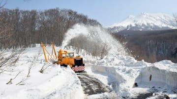 道路に積もった雪を飛ばしながら道をつくるロータリー除雪車=20日午前9時45分ごろ、津軽岩木スカイライン