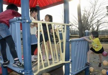初夏を思わせる陽気の中、公園の遊具ではしゃぐ子どもたち=20日午後4時ごろ、八戸市北白山台