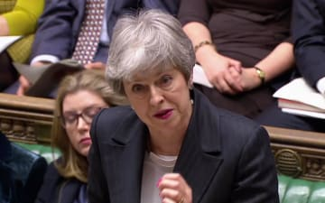 20日、ロンドンの英下院で答弁するメイ首相(ロイター=共同)