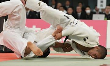 男子66キロ級決勝 ともえ投げで技ありを奪う木更津総合・唯野=日本武道館