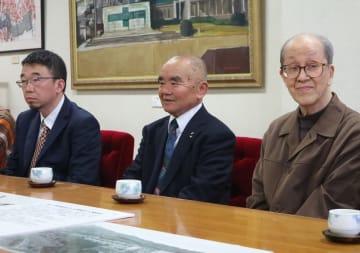 北九州での絵画展の開催を報告する本田さん(中央)ら=長崎市役所