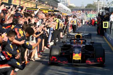 F1の開幕戦・豪州GPで3位に入る快走を見せたフェルスタッペンを祝福するレッドブル・ホンダのスタッフ(C)Getty Images/Red Bull Content Pool
