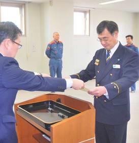 胆振総合振興局の清水部長から表彰状を受け取る越前消防長(右)