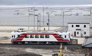 JRから三陸鉄道に移管される路線で試運転する車両=21日午後、岩手県山田町
