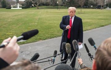 ホワイトハウスで記者団の質問に答えるトランプ米大統領=20日、ワシントン(UPI=共同)
