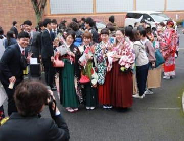 記念写真に納まる卒業生たち