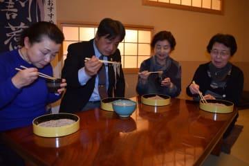 そば達人で作ったそばを味わう桜井会長(左から2人目)ら
