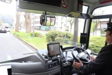 ハンドルやアクセル、ブレーキを自動で操作して走行するバス(大津市京町3丁目)