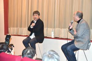 「『歩いても 歩いても』は、希林さんと出会った作品。この映画を好きだと言ってくれる人は信用すると、僕の中にもありまして、とても大切な作品です」と語る是枝裕和監督(左) =2日、横浜市中区の「シネマ・ジャック&ベティ」