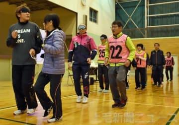 伴走の注意点を説明しながら走る高橋さん(左)