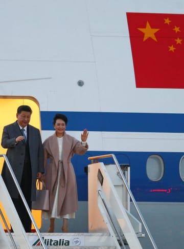 専用機でローマに到着した習近平国家主席と彭麗媛夫人=21日(ロイター=共同)